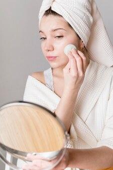 Portret kobiety makijaż z gąbką