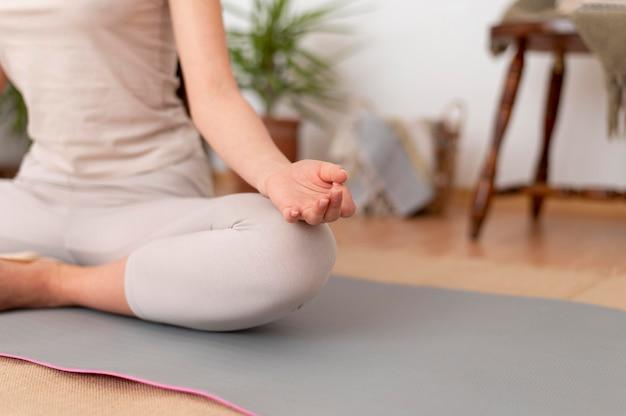 Portret kobiety medytacji bliska