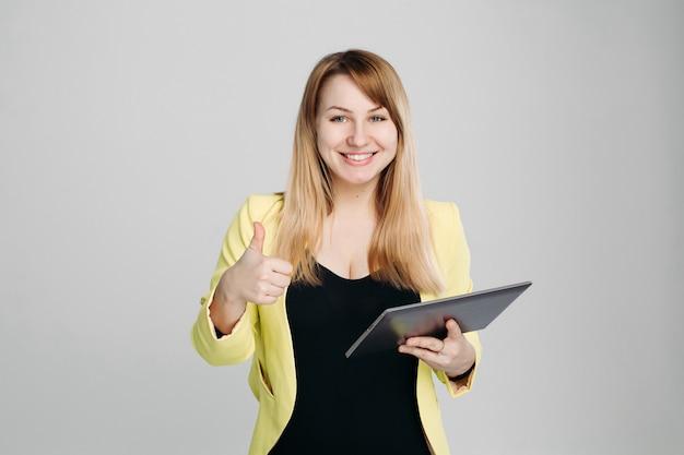 Portret kobiety mienia pastylki komputer i wskazywać palec up