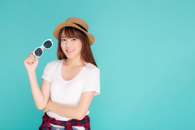 Portret kobiety młody azjatykci odzieży kapelusz i mienie okulary przeciwsłoneczni.