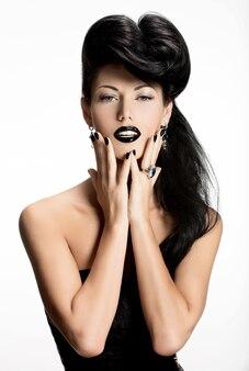 Portret kobiety moda z czarne paznokcie i usta w kolorze czarnym