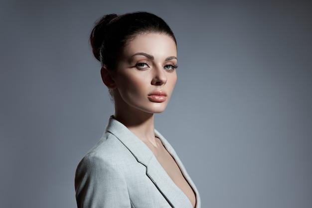 Portret kobiety moda z kiść włosów. idealna dziewczyna o profilu twarzy, naturalne kosmetyki do pielęgnacji twarzy
