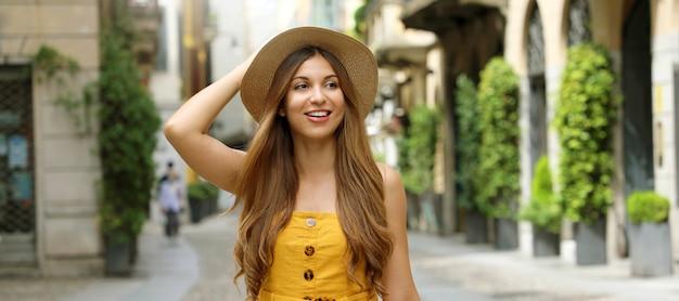 Portret kobiety mody spaceru w dzielnicy brera w mediolanie we włoszech.