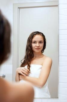 Portret kobiety mokre włosy, koncepcja pielęgnacji zdrowej skóry uroda włosów, piękny model z mokrymi włosami w łazience.