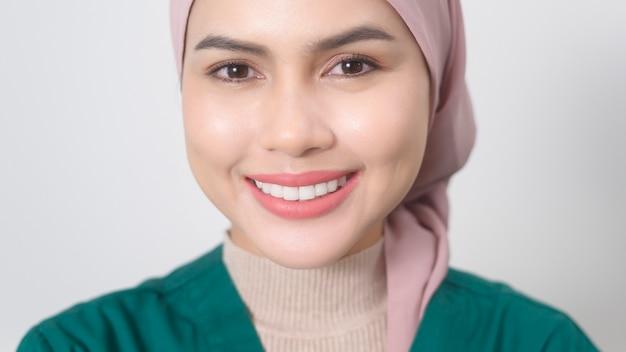 Portret kobiety muzułmańskiego lekarza ze stetoskopem w biurze.
