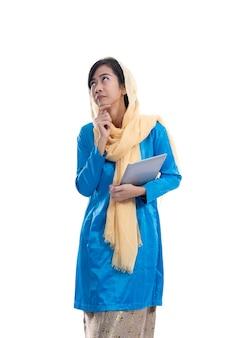 Portret kobiety muzułmańskiej myśli i patrząc w górę