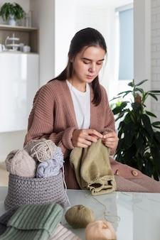 Portret kobiety na drutach w domu