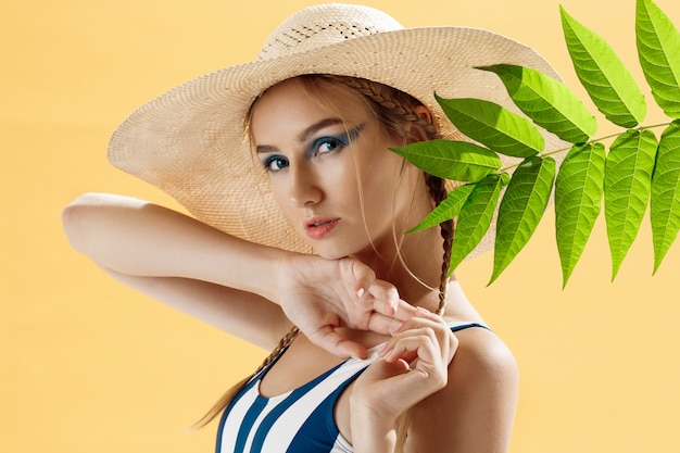 Portret kobiety na plaży w kapeluszu