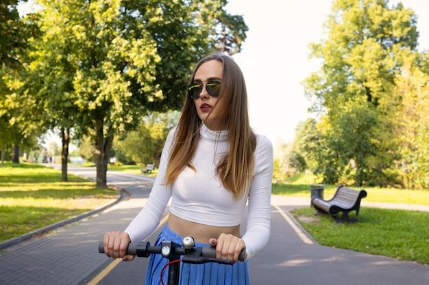 Portret kobiety na skuterze elektrycznym