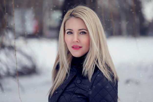 Portret kobiety na ulicy zima