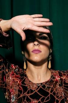Portret kobiety nakrycia twarz z ręką
