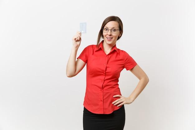 Portret kobiety nauczyciel całkiem młody biznes w czerwonej koszuli spódnica okulary trzymając kartę bankową cedit, bezgotówkowe pieniądze na białym tle. nauczanie edukacji w koncepcji uniwersytetu liceum.