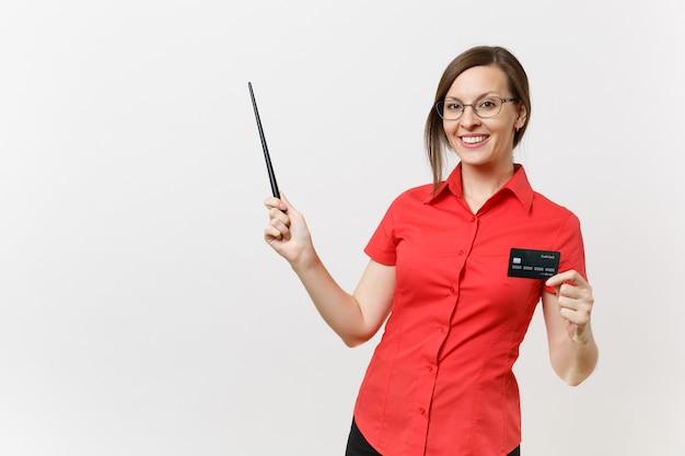 Portret kobiety nauczyciel młody biznes w czerwonej koszuli, okulary trzymając kartę bankową cedit, woodenpointer na miejsce na białym tle. nauczanie edukacji w koncepcji uniwersytetu liceum.