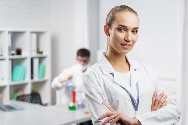 Portret kobiety naukowiec w laboratorium