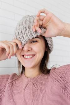 Portret kobiety noszącej czapkę z dzianiny