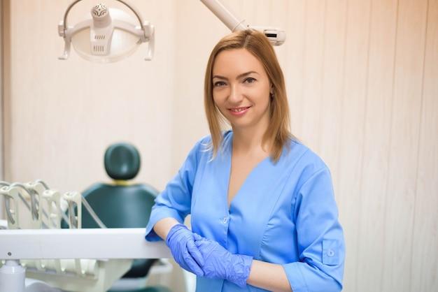 Portret kobiety nowoczesne dentysta w pracy.