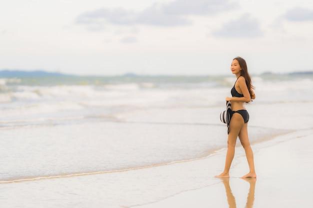 Portret kobiety odzieży piękny młody azjatykci bikini na plażowym dennym oceanie