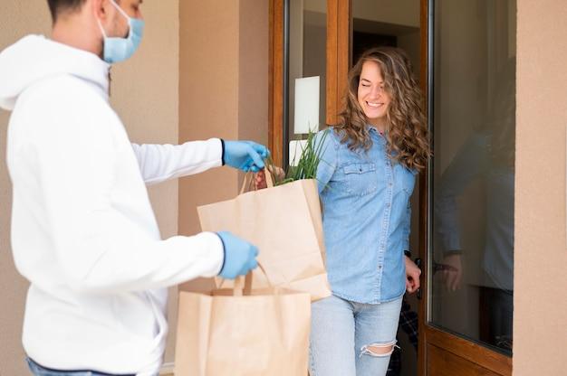 Portret kobiety otrzymującej produkty zamówione online