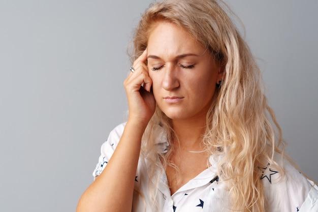 Portret kobiety, patrząc smutno i rozczarowany
