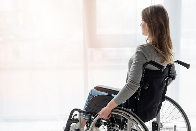 Portret kobiety patrzeje daleko od na wózku inwalidzkim