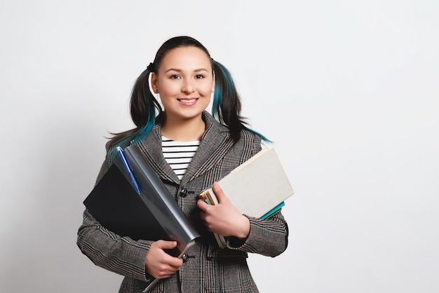 Portret kobiety pewność młodych studentów, trzymając książki i foldery