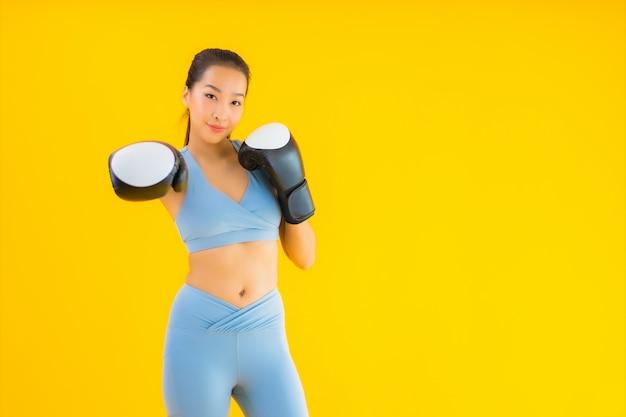 Portret kobiety piękna młoda azjatykcia odzież sportwear na kolorze żółtym