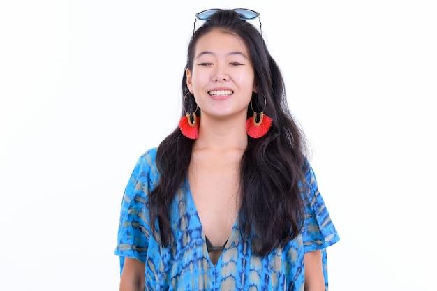Portret kobiety piękne azjatyckie turystyczne gotowe na wakacje na białym tle