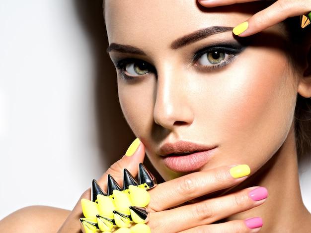 Portret kobiety piękne moda na sobie bransoletkę z cierniami