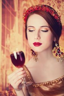 Portret kobiety piękne rude z winem.