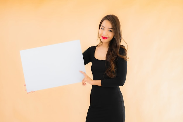 Portret kobiety pięknego młodego azjatykciego przedstawienia pusta biała deska