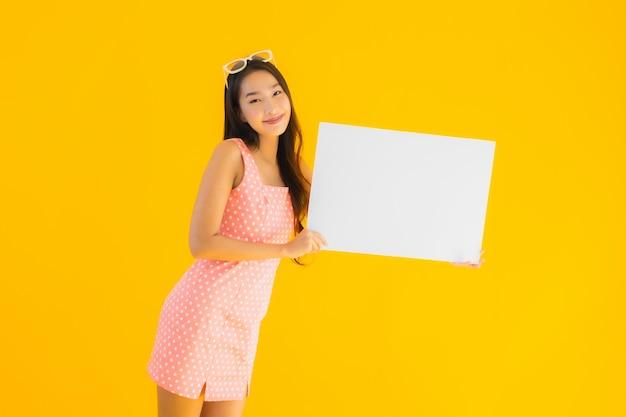 Portret kobiety pięknego młodego azjatykciego przedstawienia pusty biały plakat