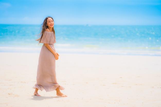 Portret kobiety pięknego młodego azjatykciego uśmiechu szczęśliwy spacer na tropikalnym plenerowym natury plaży morzu