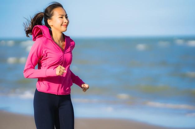 Portret kobiety piękny młody azjatykci bieg lub ćwiczenie na tropica natury krajobrazie plaża