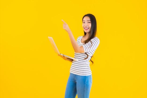 Portret kobiety piękny młody azjatykci use laptop