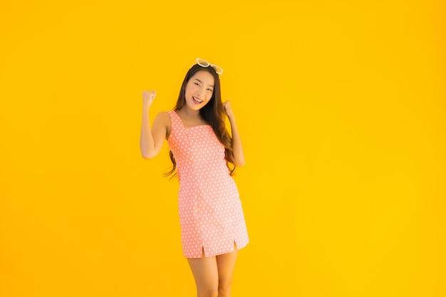 Portret kobiety piękny młody azjatykci uśmiech szczęśliwy
