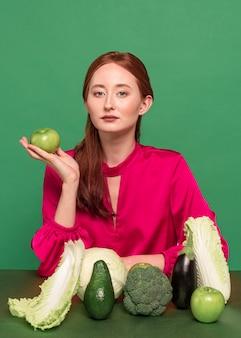 Portret kobiety piękny rudy z warzywami