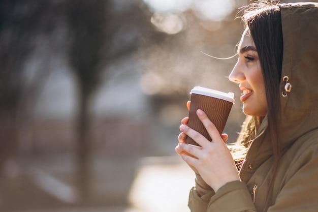 Portret kobiety pije kawę
