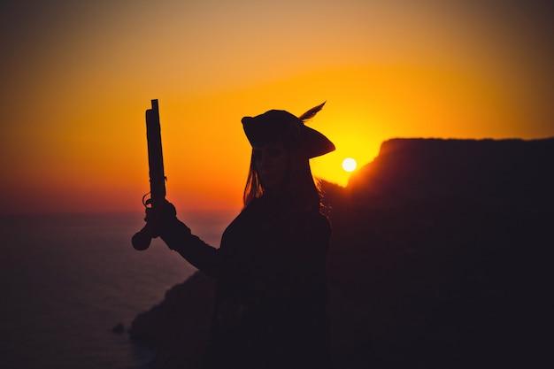 Portret kobiety piratów na plaży
