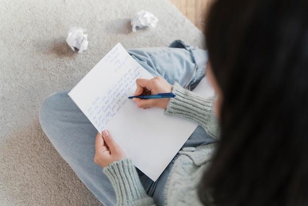 Portret kobiety pisze list
