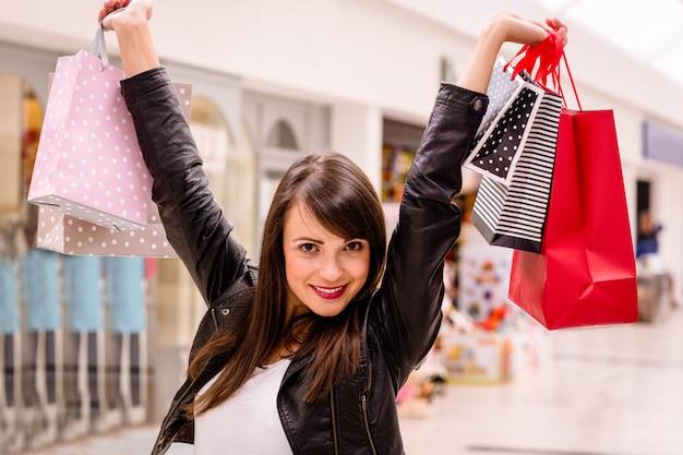 Portret kobiety podekscytowany gospodarstwa torby na zakupy