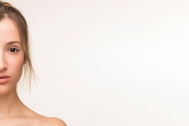 Portret kobiety pół twarzy z miejsca kopiowania