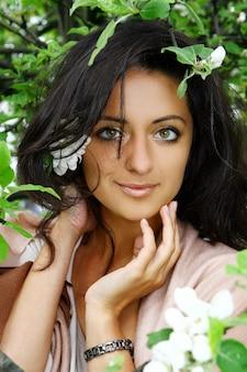 Portret kobiety pozycja kwitnąć drzewa