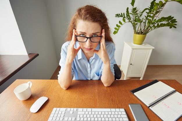 Portret kobiety pracownica biurowa, cierpiących na bóle głowy