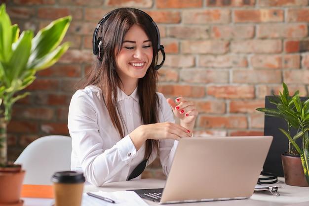 Portret kobiety pracownika obsługi klienta
