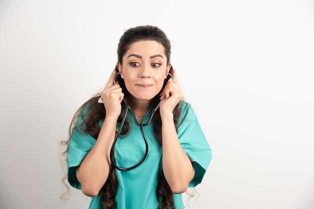 Portret kobiety pracownika opieki zdrowotnej pozowanie ze stetoskopem.