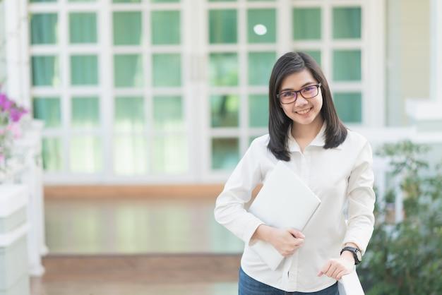 Portret kobiety pracujące trzyma laptop, biznesowy pojęcie