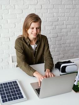 Portret kobiety pracującej dla środowiska projektów