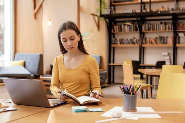 Portret kobiety pracującej na laptopie
