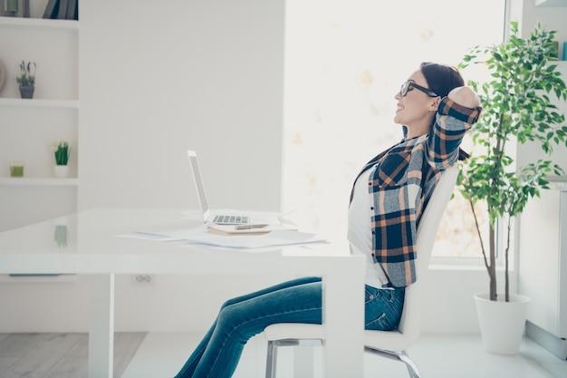 Portret kobiety pracującej w domu