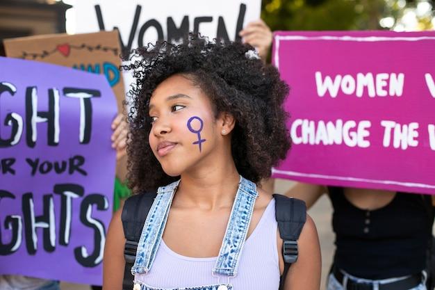 Portret kobiety protestującej o swoje prawa